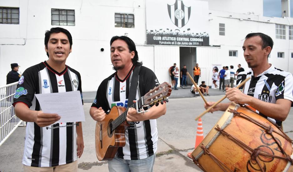 Claudio Acosta (medio) cantó la chacarera que compuso para Central Córdoba.