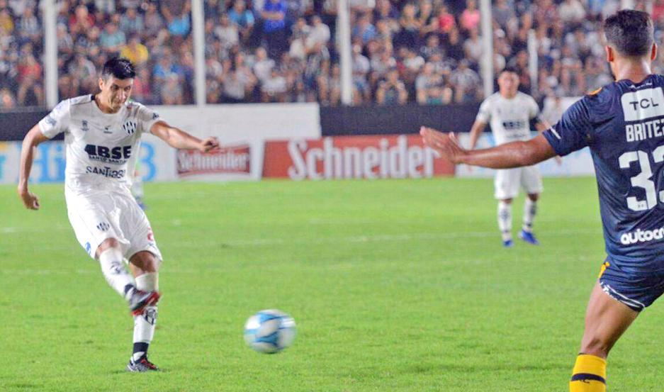 SIGUE SUMANDO. Cuando el partido se le ponía muy cuesta arriba a Central Córdoba, apareció el misil de Vera Oviedo para cosechar un punto y mantenerse fuera de la zona de descenso.