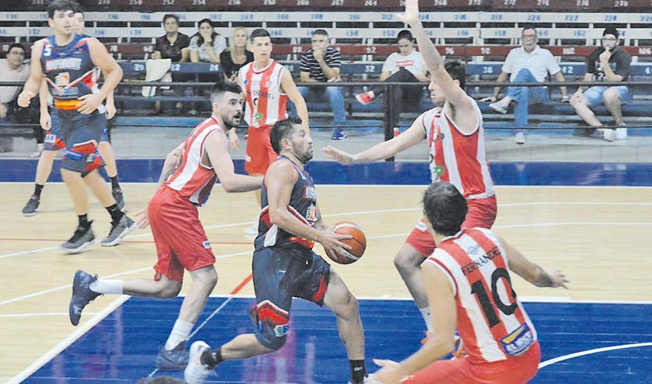 FUNDAMENTAL. Víctor Hugo Cajal aportó 12 puntos, 6 rebotes y 5 asistencias en 37 minutos de permanencia en cancha. Gran partido del capitán.
