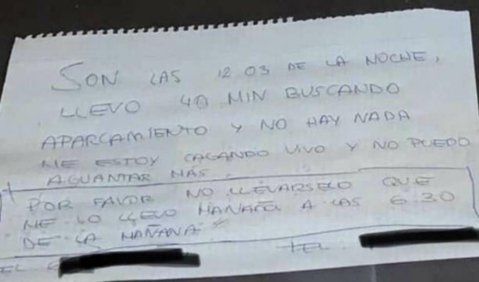 La nota que dejó el joven en el parabrisas.