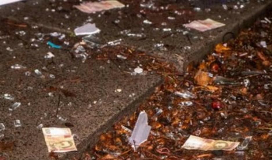 Tras acudir las personas al lugar del hecho, se encontraron con miles de billetes en la calle.