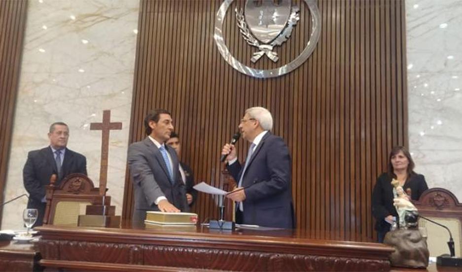 El Dr. Carlos Silva Neder prestó el juramento de estilo, ante el vicegobernador saliente, José Emilio Neder.