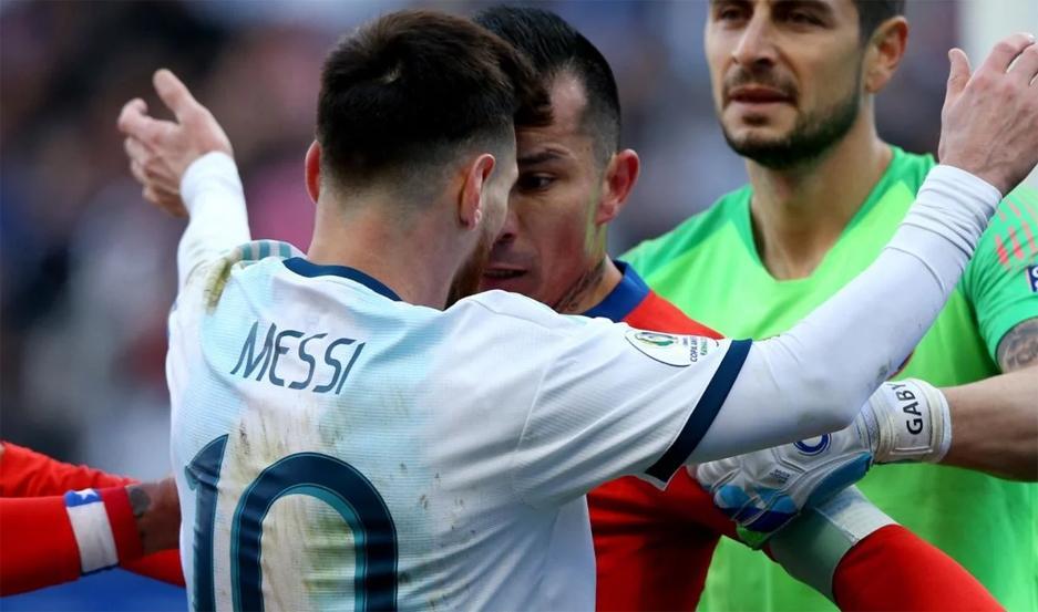 Lionel Messi y Gary Medel volverán a verse las caras, luego de la pelea que tuvieron en la Copa América 2019.