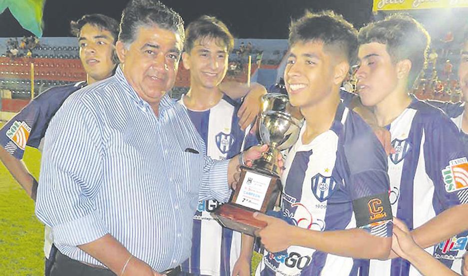 GALARDÓN. Walter Brandán entregó los trofeos a Sarmiento.