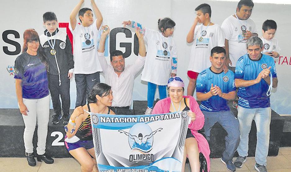 AGASAJO Alumnos de la escuela de Natación Adaptada posan junto al secretario de Deportes, Carlos Dapello