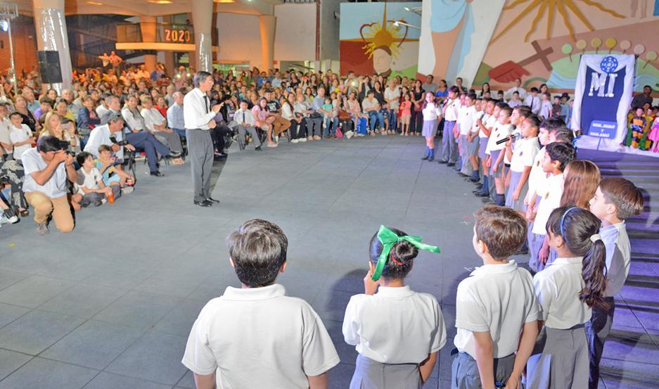 PROPUESTA. El coro del colegio deleitó a los presentes con un variado repertorio en el inicio de la parte artística.