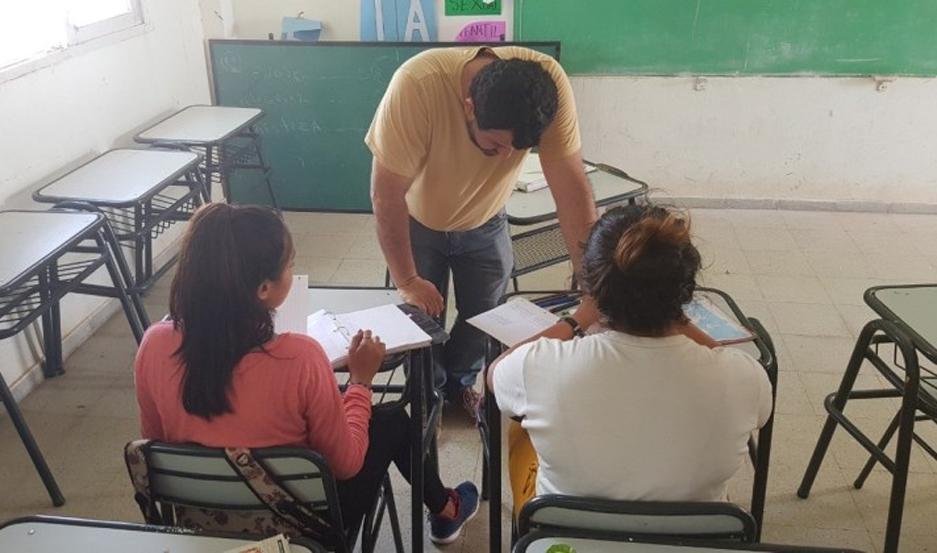 Federico Jugo dando clase de Lengua y Literatura. Foto: RED/ACCIÓN.
