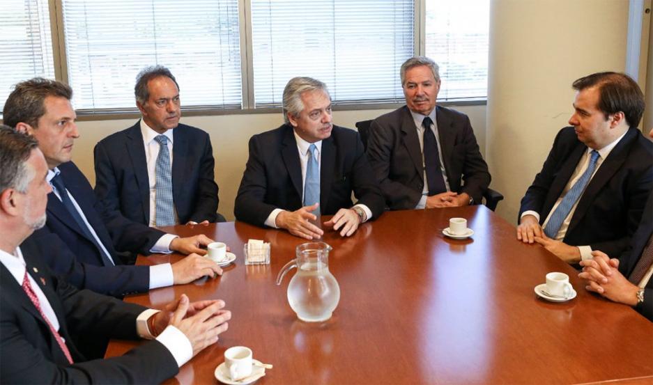 Massa, Scioli, Fernández, Solá y el presidente de la Cámara de Diputados de Brasil Rodrigo Maia
