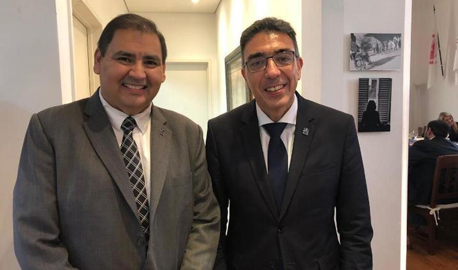 CEREMONIA. El letrado santiagueño recibió importantes elogios por parte del presidente de la FAM, Dr. Ariel Ariza.