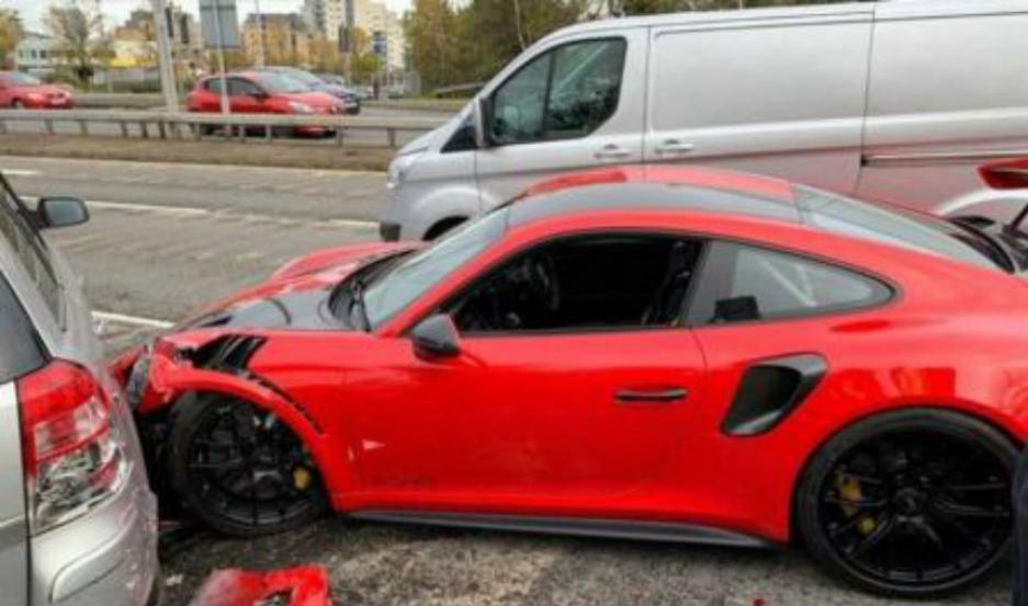 El Porsche, quedó destrozado.