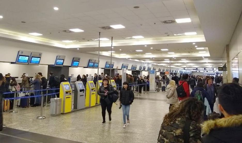 El cese de actividades es por reclamo salarial y afecta solo los vuelos de LATAM.
