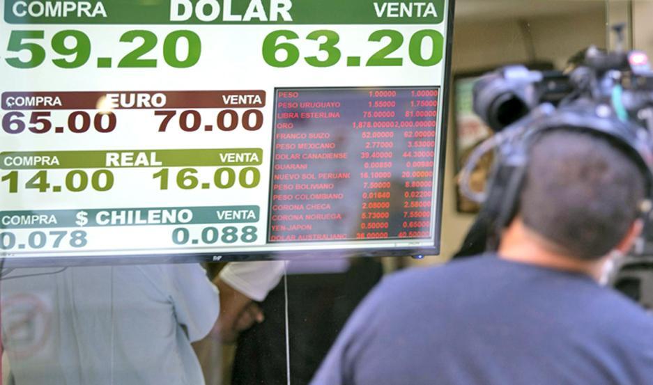 Operadores señalaron que las empresas están tratando de cerrar todos su pagos en moneda norteamericana antes del traspaso.