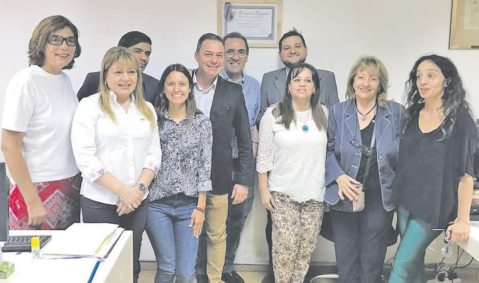 CONTRATO. Los autores del primer Código de Procedimiento Laboral Comentado de la provincia firmaron el contrato.