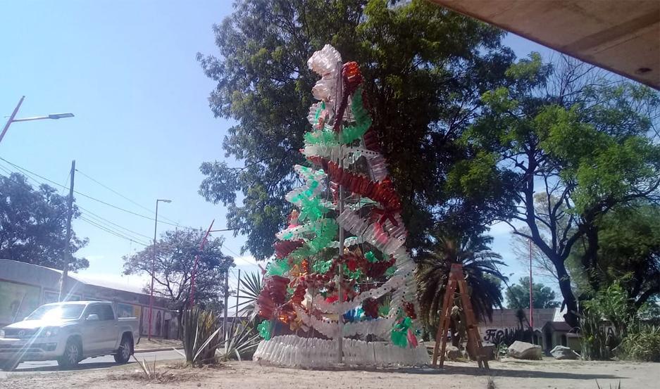 Los árboles fueron hechos con envases plásticos reciclados.