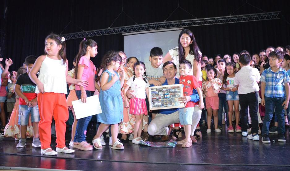 CEREMONIA. Entregaron certificados a los más de 200 bailarines que la integran, divididos en 12 grupos de danza.