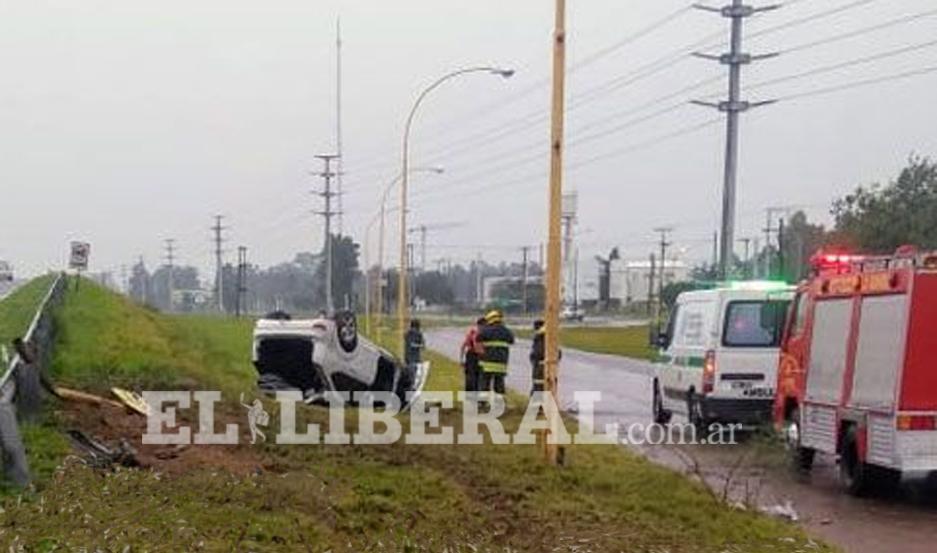 El automóvil volcó tras impactar contra uno de los guardarail de la autopista.