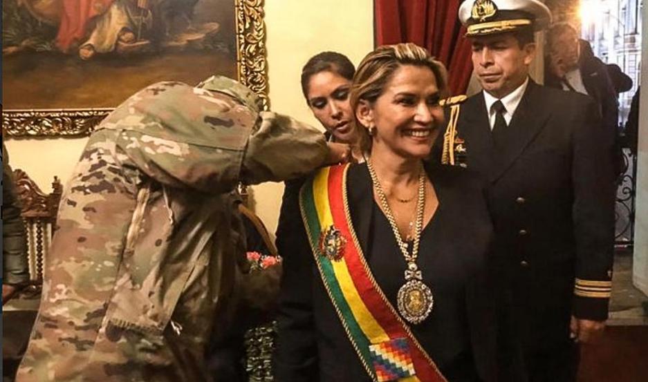 La presidenta interina de Bolivia salió a criticar al gobierno que va a asumir la conducción de la Argentina.