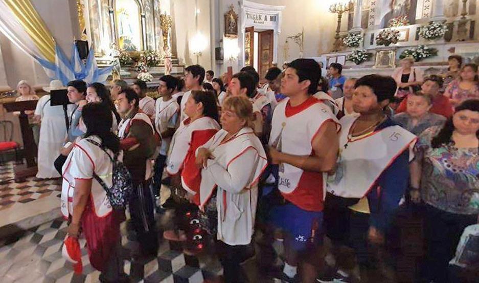 El obispo rezó por los peregrinos santiagueño en el altar mayor de la Catedral Basílica.