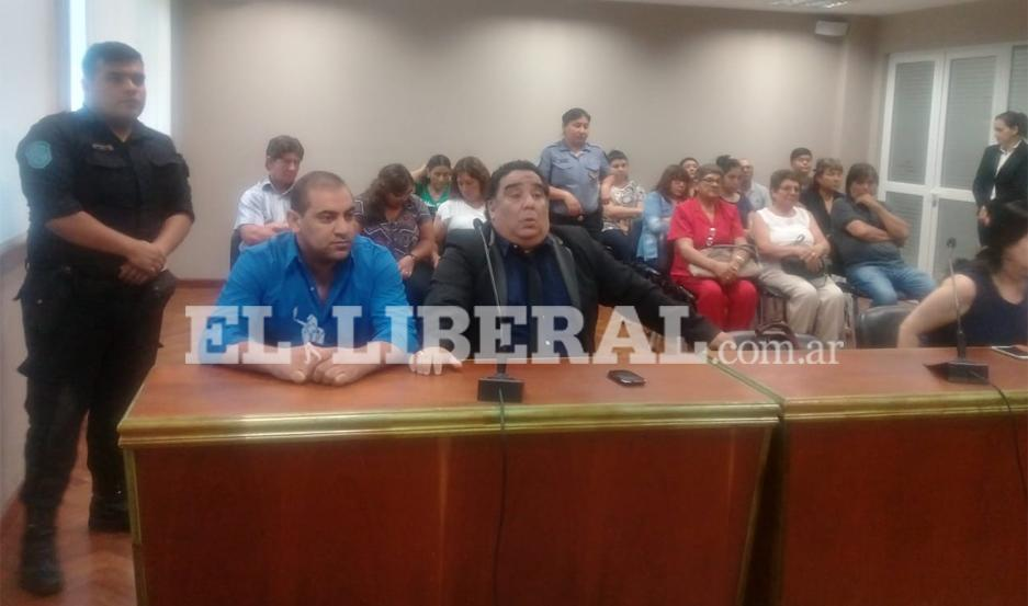 """El acusado, Iván """"Negro de Victoriano"""" Navarro, junto a su abogado defensor, Dr. Juan José Saín."""