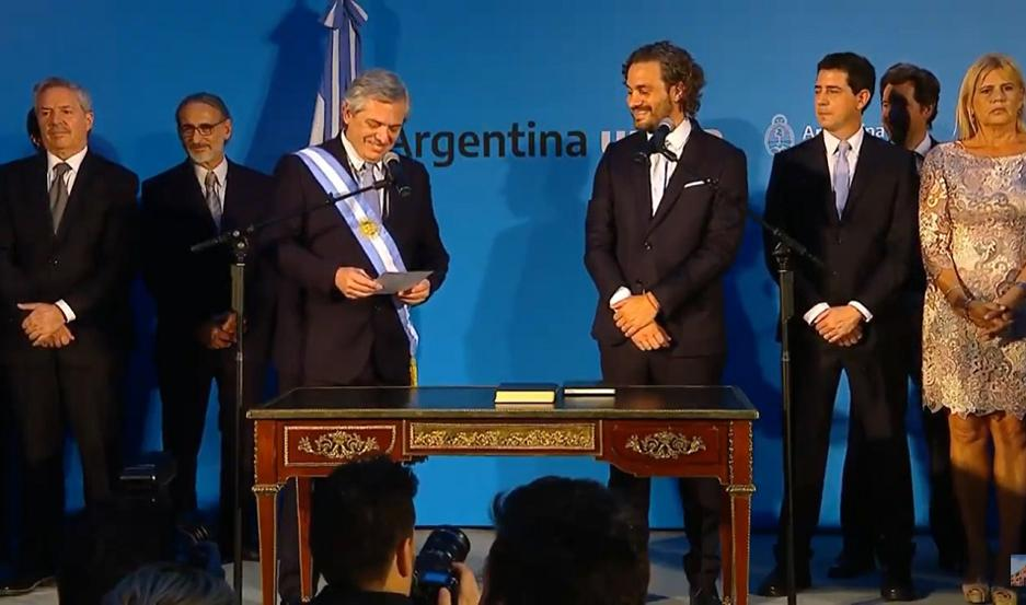 El presidente Alberto Fernández le toma juramento a Santiago Cafiero, flamante jefe de Gabinete de Ministros de la Nación.