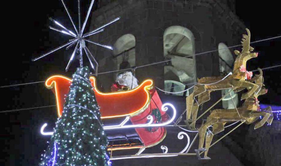 Santa sobrevolando una ciudad de México.