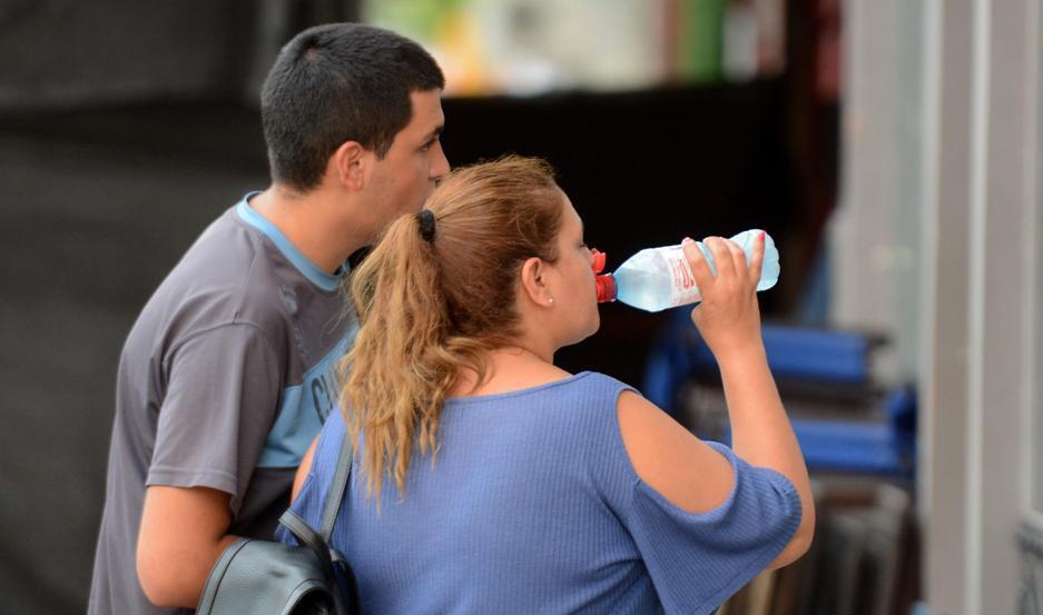 La hidratación es primordial para hacerle frente al calor.