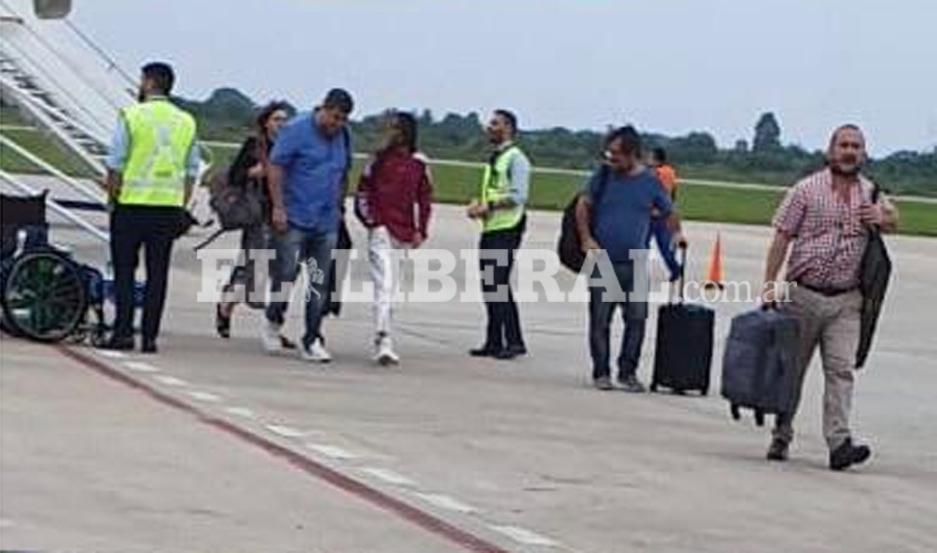 La joven cantante arribó en un vuelo a Santiago del Estero.