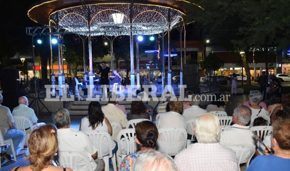 El espectáculo se desarrolló en la Retreta de la plaza Libertad.