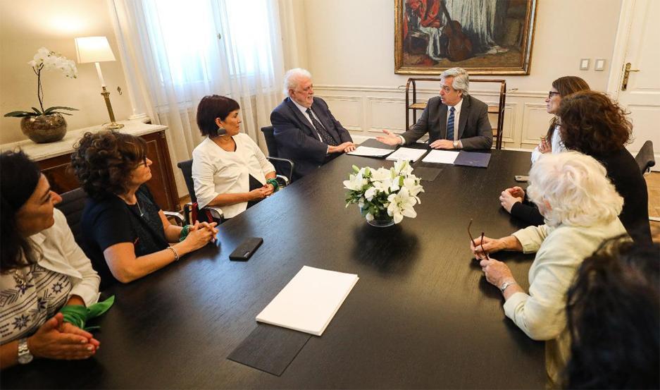 El presidente de la Nación recibió a los ministros Ginés González García, y Elizabeth Gómez Alcorta, con quienes analizó el nuevo protocolo.