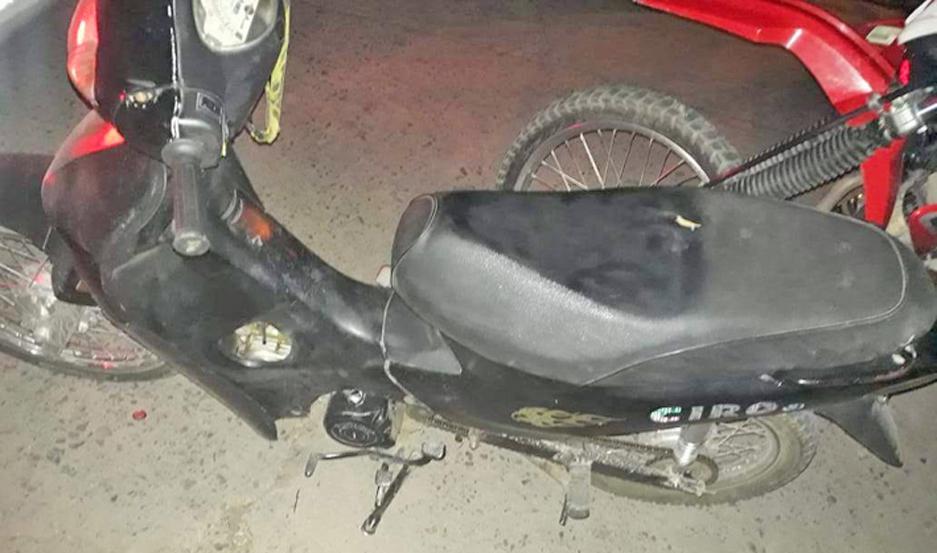 SECUESTROS. La Policía incautó la sustancia estupefaciente y el motovehículo en el que se trasladaban los acusados.