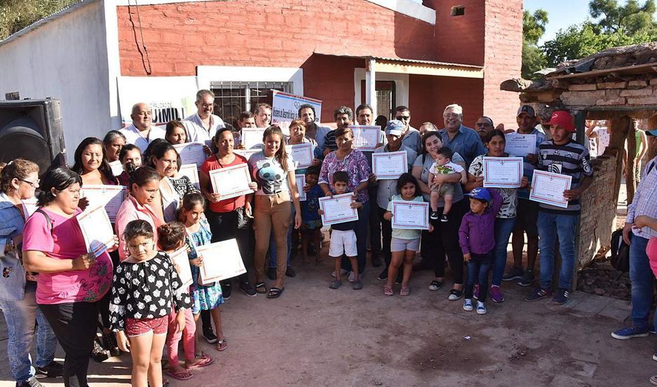 Autoridades provinciales y municipales encabezaron la ceremonia de entrega de casas.