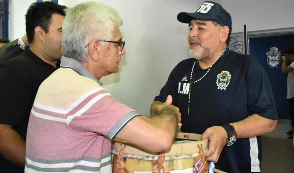 Ya hay una enorme expectativa por la llegada de Diego Maradona a Santiago del Estero. Será a fines de abril, cuando el Lobo visite al Ferro.