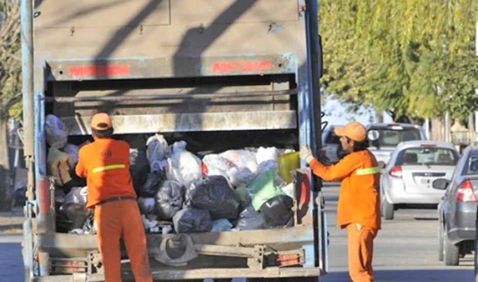 TRABAJO. Mañana no pasará el camión recolector de residuos, por lo que se pidió a los vecinos no sacar la basura a la calle.
