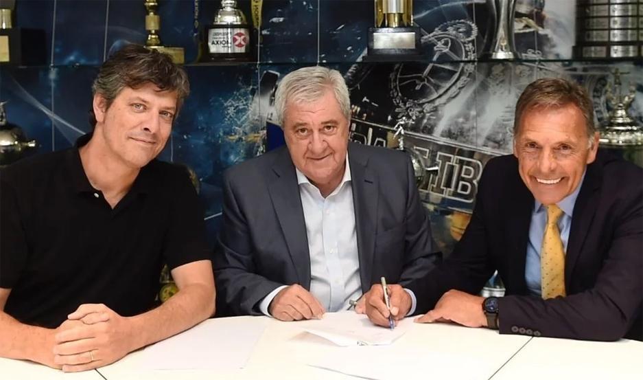 Miguel Ángel Russo firmó su contrato previo a la conferencia de prensa, junto al presidente Jorge Ameal y el vice, Mario Pergolini.