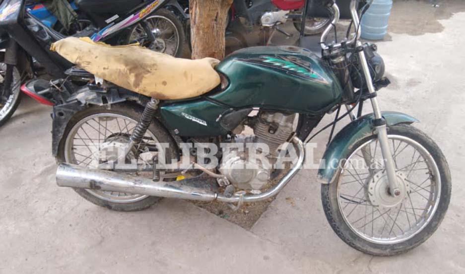 Las autoridades de la Comisaría Comunitaria Nº 6 solicitan la ubicación de familiares del motociclista accidentado.