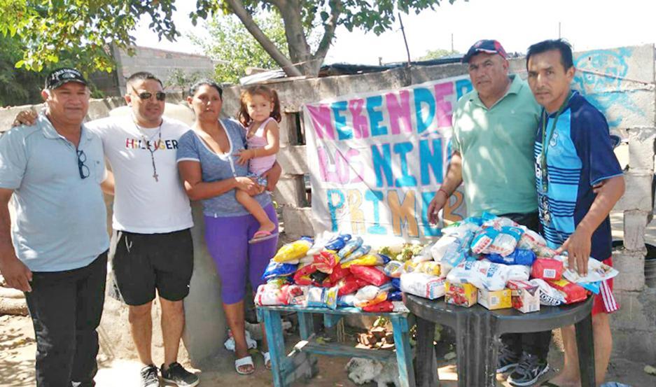 ENCUENTRO. Silvia Maldonado, responsable del merendero beneficiado, recibió la donación del presidente Jorge Martínez.