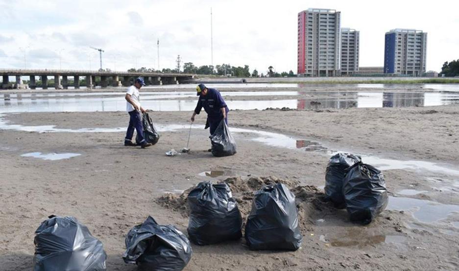 HIGIENE. Gran cantidad de residuos generaron miles de personas que se congregaron en el balneario, especialmente la jornada del domingo.