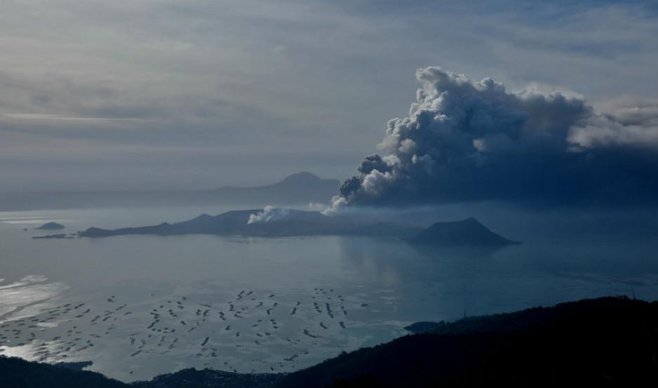 El volcán Taal, entrando en erupción.