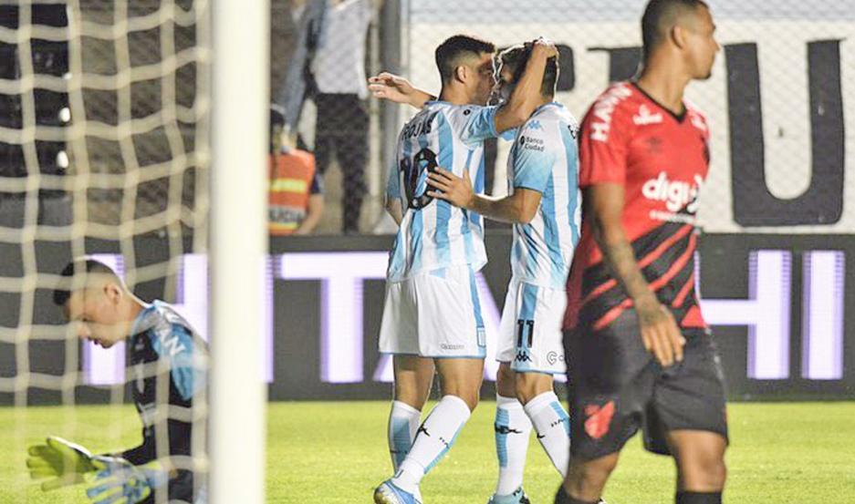 Racing y Paranaense jugaron anoche un duelo muy atractivo en el estadio San Juan del Bicentenario.