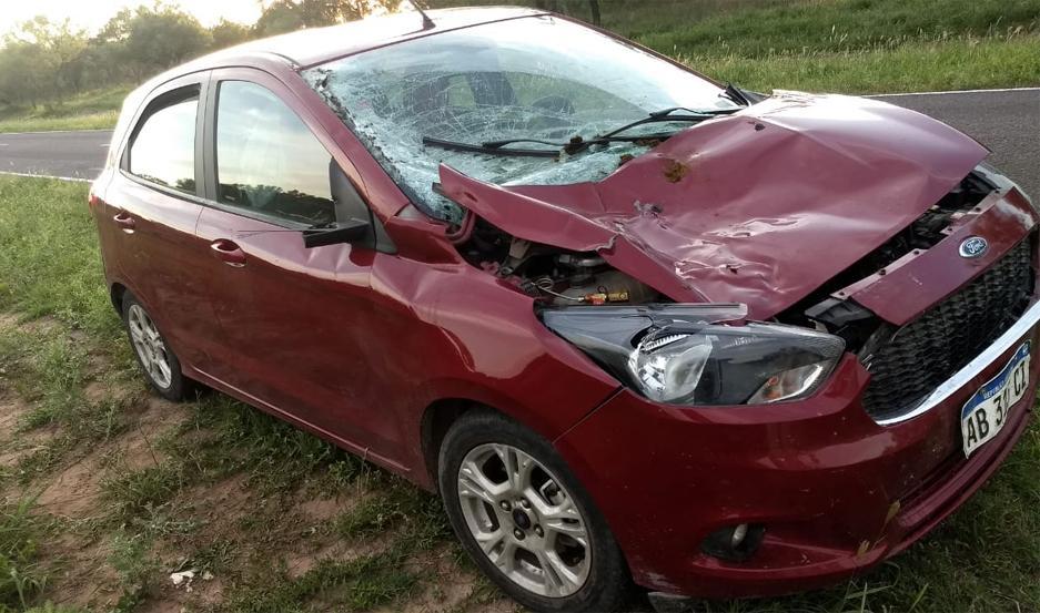 El automóvil sufrió importantes daños, pero por fortuna sus ocupantes resultaron ilesos.