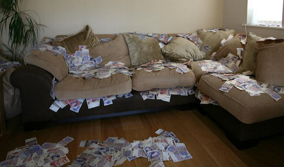 Compró un sofá usado y tenía miles de dólares adentro
