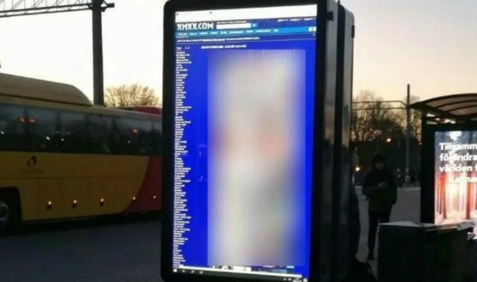 En la pantalla que indica los horarios de partida y llegada de trenes, se reprodujo una película xxx.
