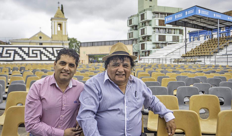 El cantante chamamecero (der.) con su hijo Antonio, en Cosquín.