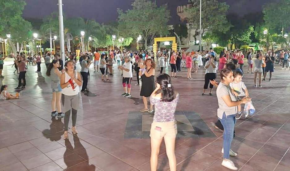 Clases de danzas folclóricas en la plaza Belgrano.