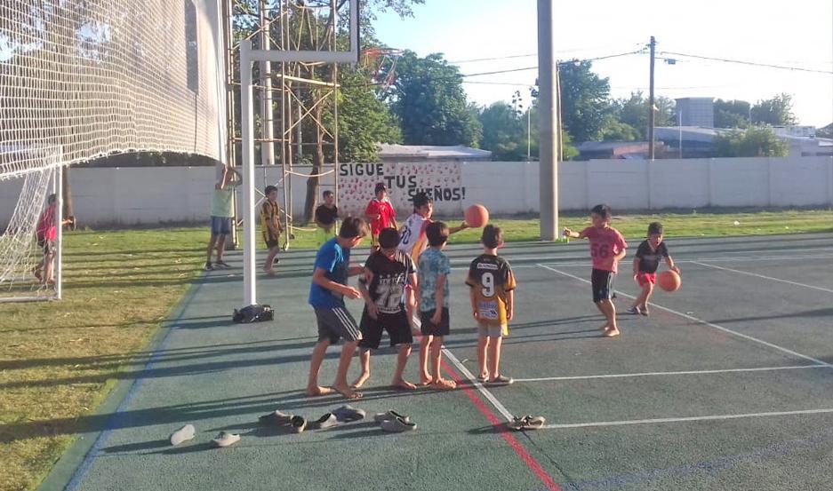 Los chicos de La Católica encontraron en la escuela de básquet un espacio para desarrollar sus potencialidades.