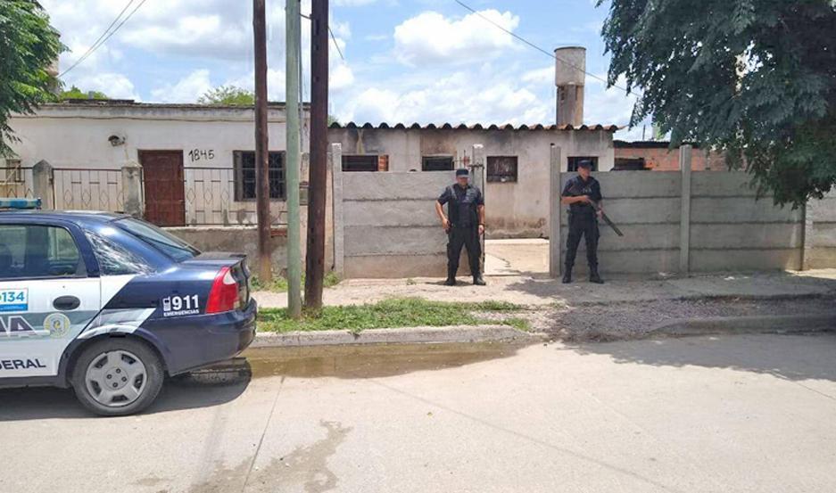 La Policía irrumpió en el inmueble, efectuó la requisa y apresó a dos adultos y un adolescente.