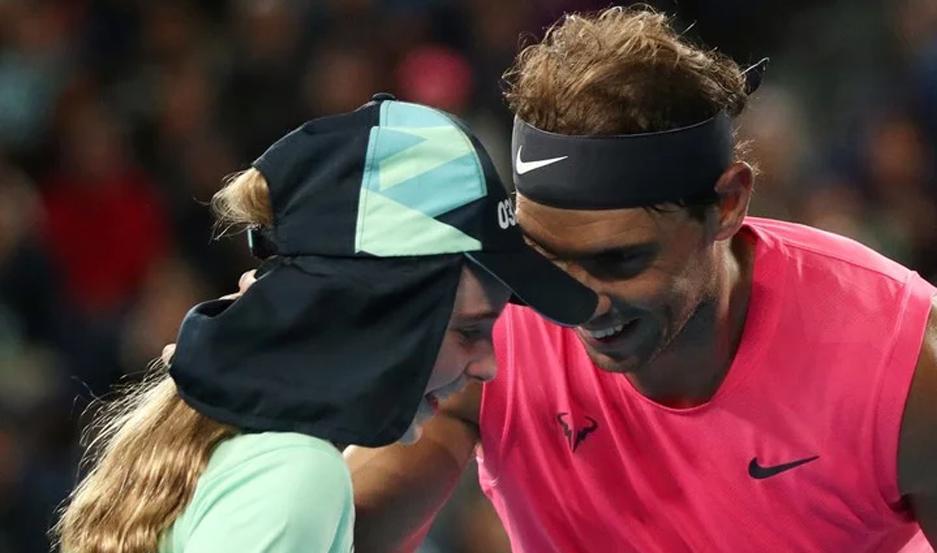 Rafael Nadal habla con la pequeña alcanzapelotas que recibió un golpe accidental del español.
