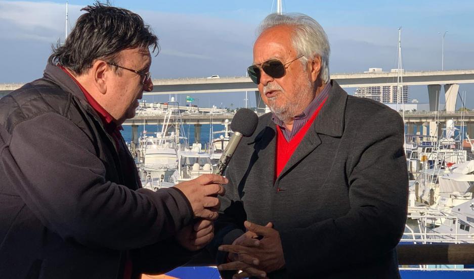 El conductor televisivo santiagueño Quique Dapiaggi, al ser entrevistado por José Luis Nani.