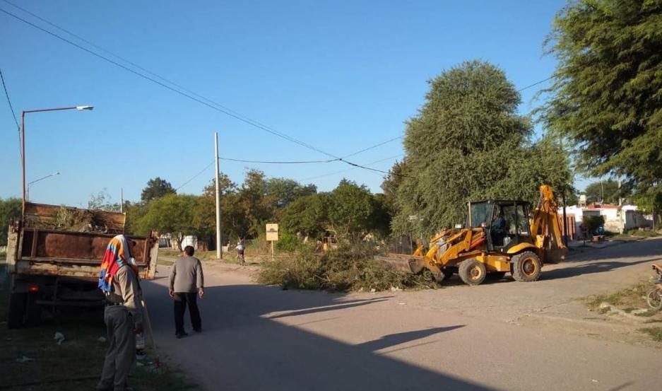 Para evitar anegamientos, personal de la comuna de Clodomira procedió a limpiar los desagües.