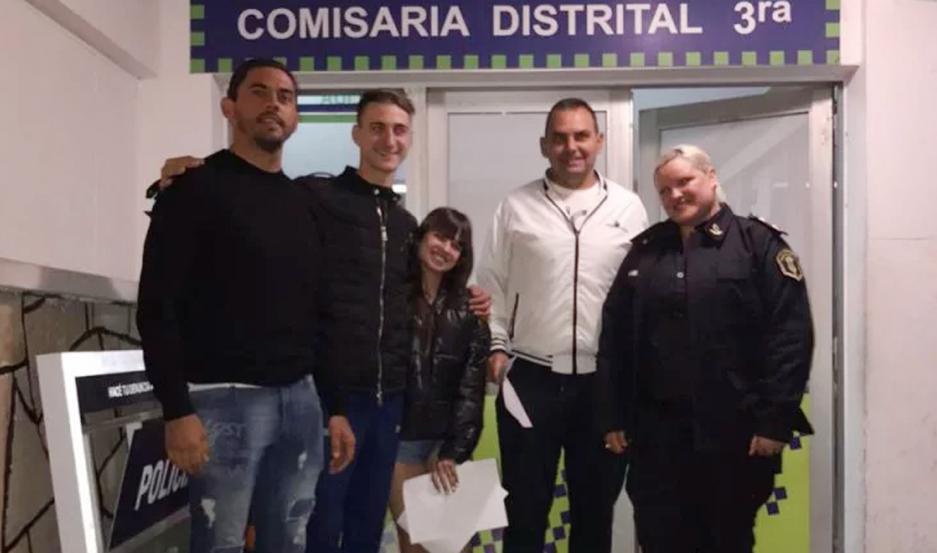 Los turistas porteños y los hermanos Laitán, en la Comisaría Tercera de Mar del Plata.